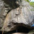 穴小屋洞窟「岩場の裂け目のトンネル入り口」